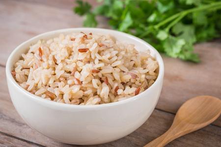 Bruine rijst in een kom Stockfoto