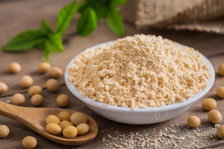 Mąka sojowa w misce i soja Zdjęcie Seryjne