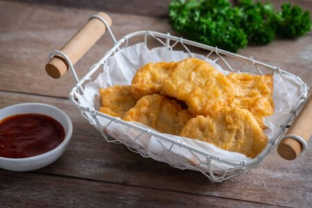Chicken nuggets in basket and ketchup Stockfoto