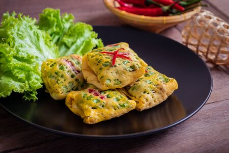 Fried minced pork, prawns, vegetable and nut wrapped in egg net (Latieng), Thai traditional food Stockfoto