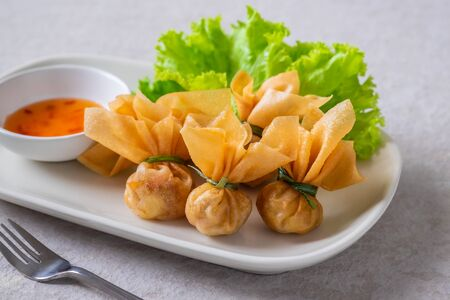Deep fried crispy wonton, money bag or golden bag (Toong Thong) served with sweet chilli sauce, Thai food culture Stockfoto