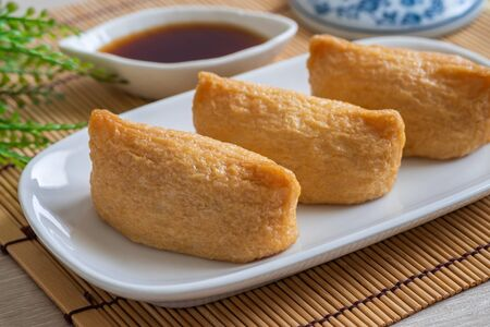 Rice ball wrapped in deep fried tofu pouches (Inari Sushi), Japanese food Stockfoto