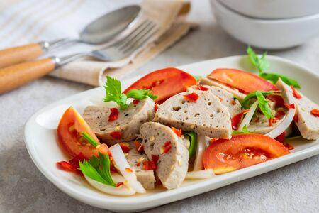 Spicy vietnamese pork sausage salad (Yum Moo Yor) Standard-Bild