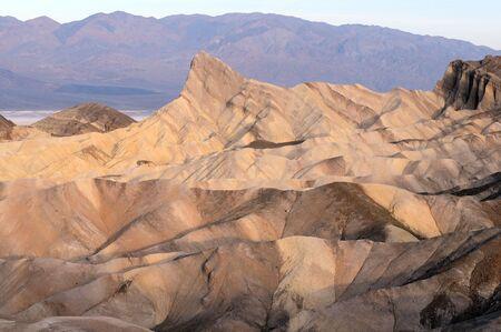 sculpted: vroege ochtend woestijn landschap in de schaduwen uitgehakt Stockfoto