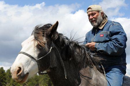 natuurlijke rijkunst met ruiter astride Spaanse Mustang
