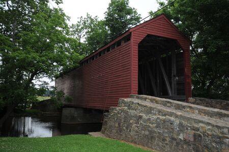 yesteryear: rojo resistente cubierta de puente de madera de anta�o  Foto de archivo