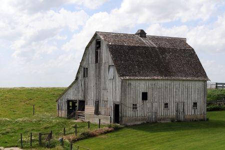 oude Midwest schuur in veld met open lucht  Stockfoto