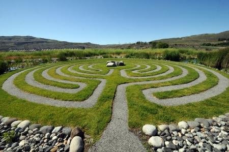 grote bui ten grind en gras labyrint voor mediteren  Stockfoto