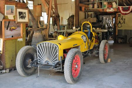 Old Studebaker racing car housed in Gold King Mine Ghost Town, once the town of Haynes on outskirts of Jerome, Arizona 新聞圖片