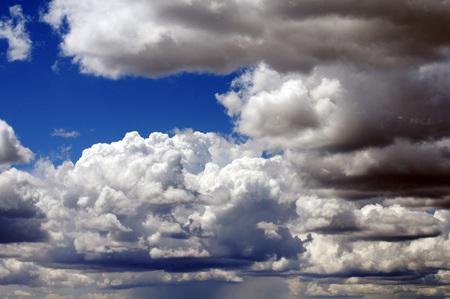 Witte en grijze stormachtige wolken verzamelen zich met diepe blauwe opening in Colorado skies.