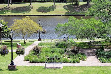 Het kleurrijke centrumpark van het historische Natchitoches, Louisiana, ligt aan het Cane River-meer.