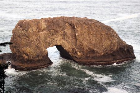 Arch Rock-formatie, kustattractie langs Oregon's 12-mijl Samuel H. Boardman State Scenic Corridor