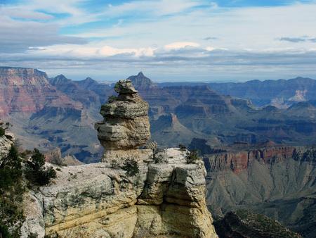 Kleurrijke formaties in Grand Canyon National Park, Arizona tegen blauwe luchten en witte wolken Stockfoto