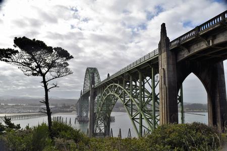 Yaquina Bay Historic Bridge, een boogbrug die een monding uitstrekt in Newport Newport, Oregon. Stockfoto