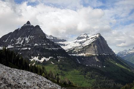 Zonnige heldere dag met blauwe luchten te midden van met sneeuw bedekte bergen in Glacier National Park