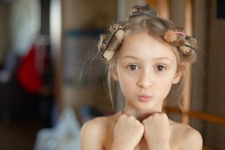Mooi meisje in haarkrulspelden. Detailopname