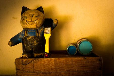 pintor: Bodeg�n con pintor mu�eca del gato en el fondo del grunge