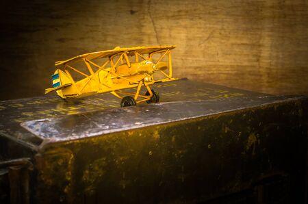 avion chasse: Nature morte avec vieil avion mod�le de combat sur la bo�te de balles