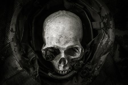 兵士のヘルメットに人間の頭蓋骨のある静物