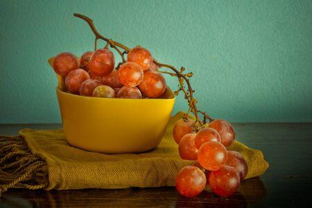 Natura morta con uva biologica su sfondo d'epoca