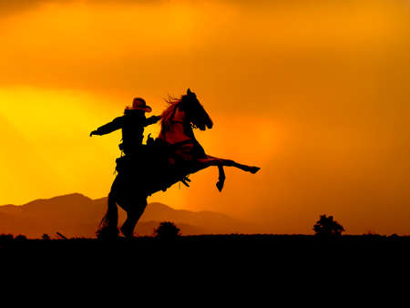 Western cowboys are forcing horses to lift themselves up, Prepare to use a gun to protect yourself in a land that has not yet been reached by law