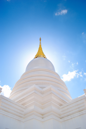 Witte pagode in het Thaise tempel, Thailand Stockfoto - 42305701