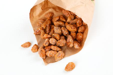 Brown geröstete Mandeln in einer Papiertüte