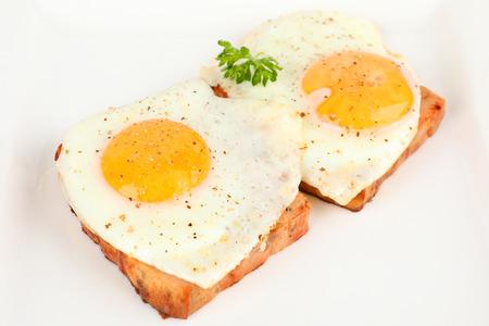 접시에 기름에 튀긴 계란과 미트 로프