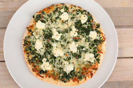pizza with spinach and ricotta on a plate Stok Fotoğraf - 97403824