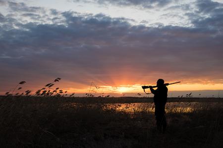 Myśliwy z bronią na polowanie kaczki