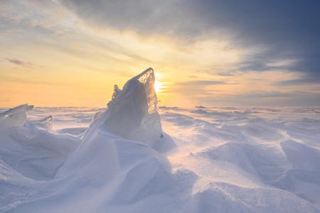 겨울에 석양 눈 폭풍 동안 무한 한 얼음 풍경. 스톡 콘텐츠