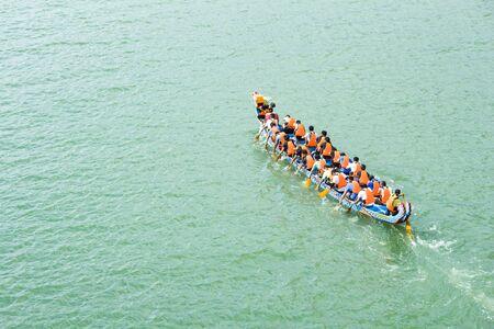 ein Drachenboot auf dem Fluss und Rennen