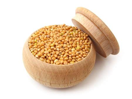 Millet in houten pot over wit Stockfoto