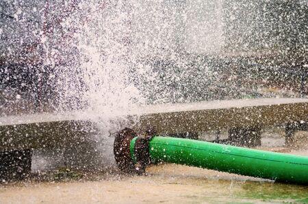 Reparatie werkzaamheden verbroken water hoofd  Stockfoto