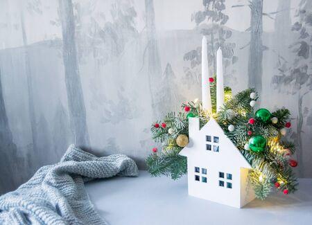 Composizione natalizia di rami di abete con addobbi natalizi, candele e ghirlande. Archivio Fotografico