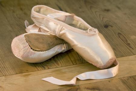 zapatillas de ballet: Un par de zapatillas de ballet desechados en madera baile de studio