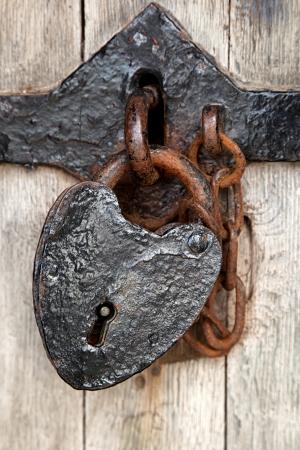 oxidado: Candado en forma de corazón antiguo de la puerta de Caenarfon Castle, Gales del Norte