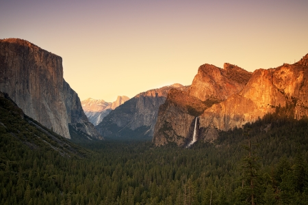tunnel view: Yosemite at sunset as seen from the Tunnel View viewing point, showing El Capitan, the Half Dome, Cathedral Rocks and the Bridalveil Falls being lit by the setting sun  Yosemite National Park, California, USA Stock Photo