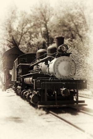 MAQUINA DE VAPOR: Locomotora antigua. Estilo vintage foto sepia.