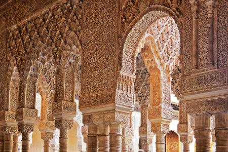 グラナダ: 列とアーチ ライオンズ中庭、アルハンブラ宮殿、アンダルシア、スペインの法廷で