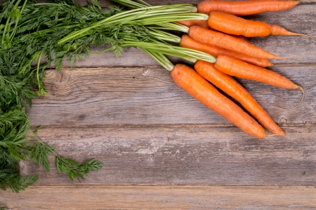 A bunch of fresh carrots on vintage style wood background Standard-Bild