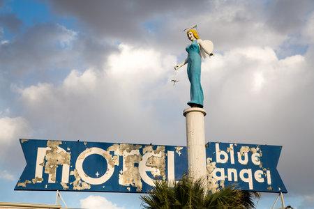 ali angelo: Las Vegas - 17 aprile: The Blue Angel Motel era una volta nel centro fiorente centro di Las Vegas, ma è ora lasciata in rovina come lo sviluppo si è spostato verso la Striscia. Il 17 aprile 2013 a Las Vegas, USA Editoriali