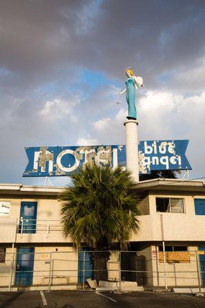 ali angelo: Las Vegas - 17 aprile: Il Blue Angel Motel era una volta, nel florido centro di centro di Las Vegas, ma è ora lasciata in rovina come lo sviluppo si è spostato sulla Striscia. Il 17 aprile 2013 in Las Vegas, Stati Uniti d'America Editoriali