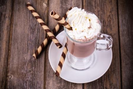 chocolate caliente: Chocolate caliente con crema batida, en vidrio con barquillo. Procesamiento de efectos vintage