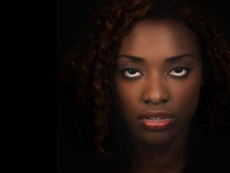retrato de mujer: Retrato de la hermosa mujer afroamericana sobre fondo negro