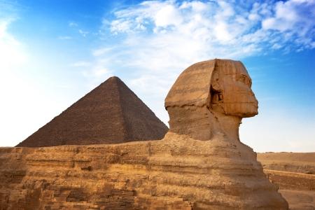 esfinge: Esfinge y la Pirámide de Giza, Egipto La Gran Pirámide de Giza es una de las originales Siete Maravillas del Mundo Foto de archivo
