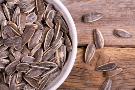 semillas de girasol: Un tazón de semillas de girasol tostado y salado Foto de archivo