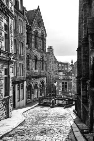 vintage: Edinburgh geplaveide straat in zwart-wit