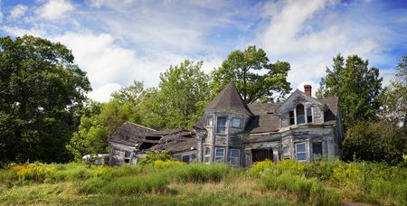 ungeliebt: Panorama einer verlassenen, herunterfallen Haus Lizenzfreie Bilder