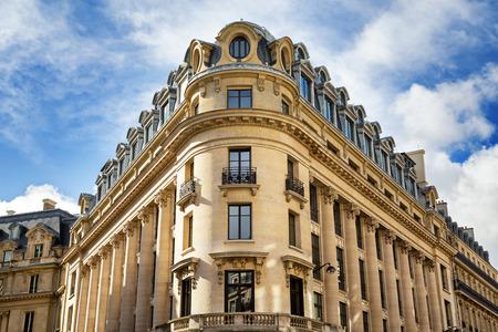Architettura parigina tipica nel centro di Parigi, in Francia. Decorativi costruzione appartamento al giorno di primavera.